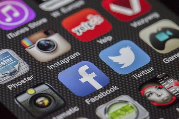 illustration des réseaux sociaux sur un smartphone